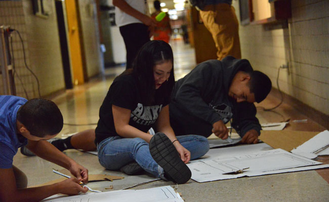 Student Council prepares decorations for Homecoming(Picture By:Rick Cortez).